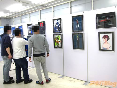 会場の様子 「戦闘機になれるパーカー」などのイラストを展示