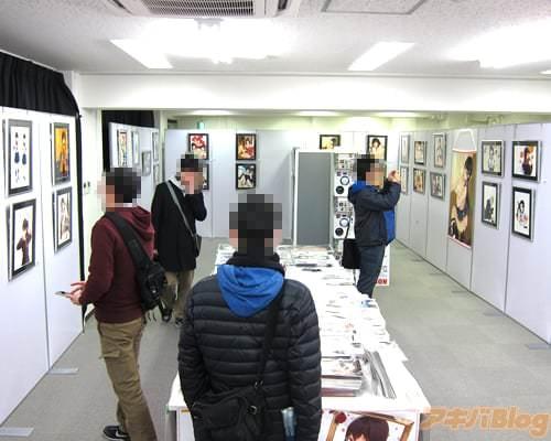 「笹森トモエ イラスト展」会場の様子 イラストの展示や、物販コーナー