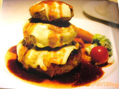 榎本ハンバーグ研究所(北区西ヶ原)「写真は事前予約が必要な三段重ねチーズハンバーグです。小さいサイズでも最後までジューシーで、美味しいハンバーグを出してくれます」