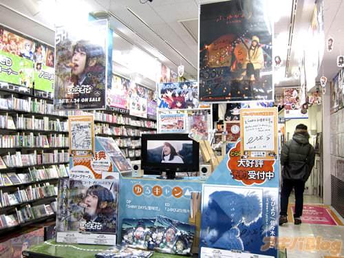とら秋葉原店Bで亜咲花さんと佐々木恵梨さんのサイン色紙もある特設コーナー CD自体は全種類見かけず