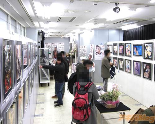 「吟イラスト展 SANKAKU」会場の様子 イラストの展示や物販コーナー、複製イラスト&アクリルボードの受注販売など