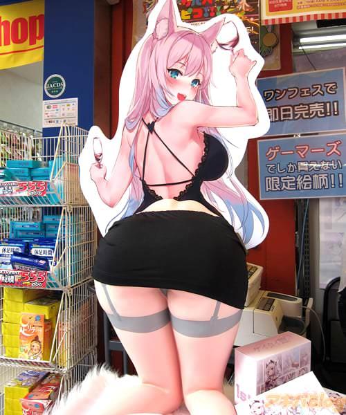 下半身フィギュア付きモバイルスタンド「ケイタイ娘 紫」が発売し、アキバのお店に1/1サイズの尻