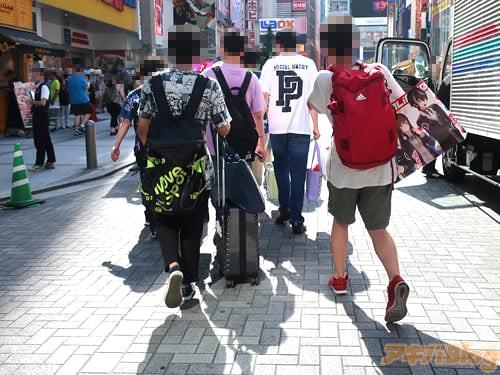JR秋葉原駅電気街口周辺 紙袋を持った男性グループ