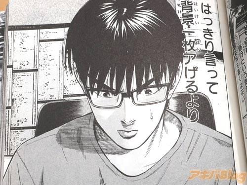 """漫画家アシスタントの主人公・朝倉真一 「(ミスで原稿を汚せないというプレッシャーと、先生からの""""早くしろ""""という圧で背中は汗でジットリだ…、はっきり言って背景一枚アげるより、悪人一人殺すほうがよっぽど楽だ)」"""
