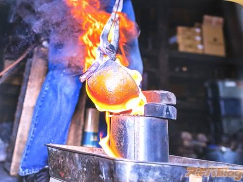 「消失模型鋳造法。発泡スチロールを砂の中に埋め、そこに湯(溶けた金属)を流し込みます。模型が溶け、金属と置換し製品が出来上がります」
